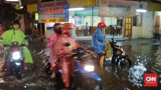 Surabaya Banjir, Kendaraan Mogok dan Terendam