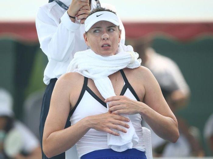 Sharapova keluhkan asap yang mengganggu pernapasannya di Melbourne. Foto: Mike Owen/Getty Images