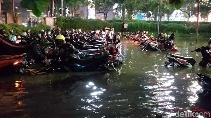 Banjir pelan-pelan surut di kawasan Darmo Park (Foto file: Amir Baihaqi/detikcom)