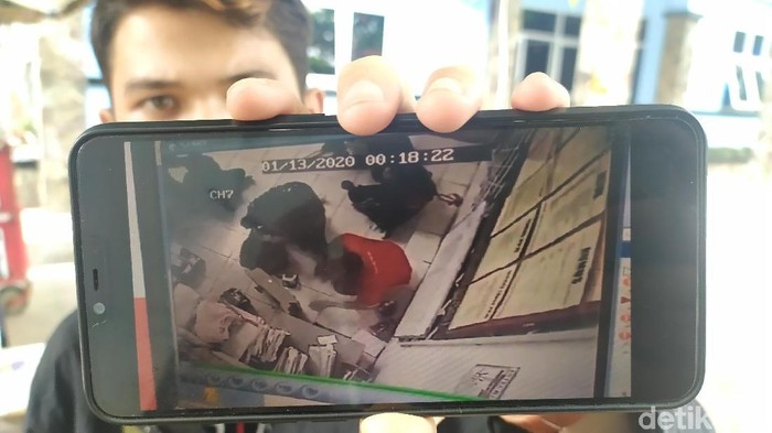 Foto: Video aksi perampokan minimarket di Cianjur yang viral di media sosial (Ismet Selamet/detikcom)