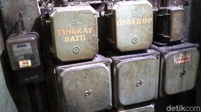 Boks tuas listrik berhuruf timbul yang tulisannya BIOSKOP. (Foto: Syahdan Alamsyah/detikcom)