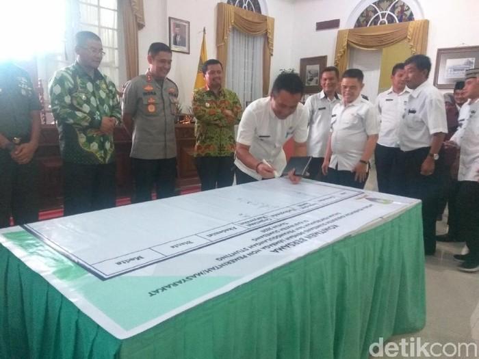 Sejumlah camat di Kabupaten Sumedang menandatangani kesepakatan dalam pencegahan dan penanggulangan stunting. (Foto: Muhamad Rizal/detikcom)