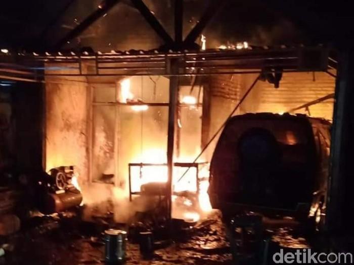 Rumah dan mobil ludes terbakar (Foto: Istimewa)