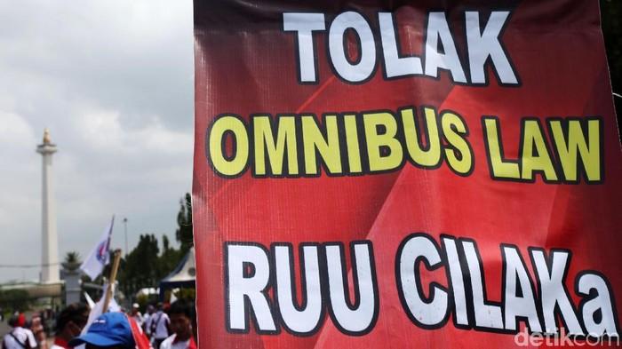 Massa buruh dari berbagai daerah kembali datangi Istana Merdeka, Jakarta, Rabu (15/1/2020). Aksi itu untuk menolak Omnibus Law yang dinilai merugikan kaum buruh.
