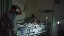 RSUD Palu Mati Lampu, Keluarga Pasien Gunakan Senter HP untuk Penerangan