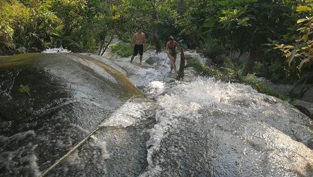 Air terjun ini disebut orang tidak licin