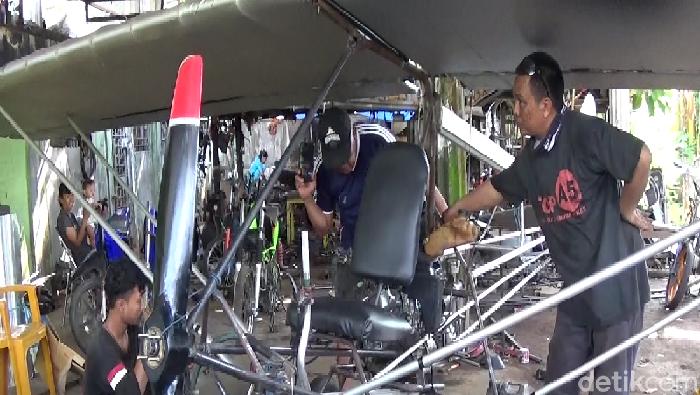 Chaerul (40), warga Pallameang, Kabupaten Pinrang, Sulsel, merakit pesawat ultralight. (Hasrul Nawir/detikcom)