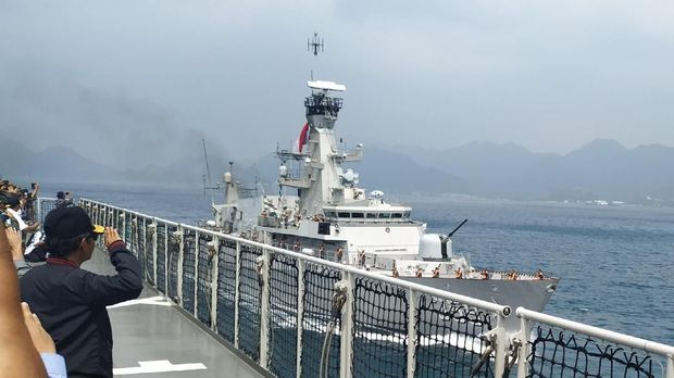 Selain menggelar rapat terbatas, Mahfud menyaksikan fly pass pesawat TNI AU dan sailing pass dari anjungan kapal.