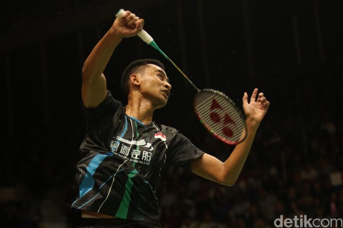 Tommy Sugiarto berusaha mengembalikan kok ke arah pebulutangkis tunggal putra India Sameer Verma dalam pertandingan babak pertama Indonesia Masters 2020 di Istora Senayan, Jakarta, Rabu (15/1/2020).