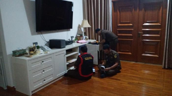 Suasana penggeledahan di rumah eks Dirkeu Jiwasraya Hary Prasetyo (Foto: dok. Istimewa)