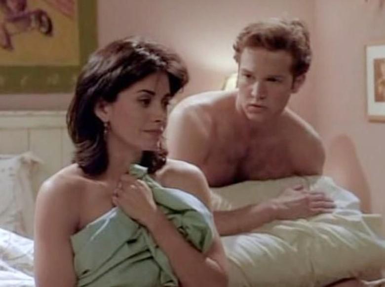 Stan Kirsch dan Courtney Cox di Friends. Foto: Dok. Ist