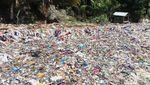 Jorok! Sampah Kain Penuhi Pantai Wisata di Polman