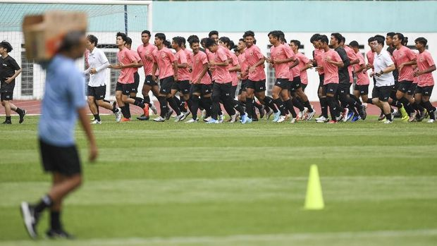Para pemain Timnas Indonesia kini berlomba bisa cepat beradaptasi dengan gaya Shin Tae Yong.