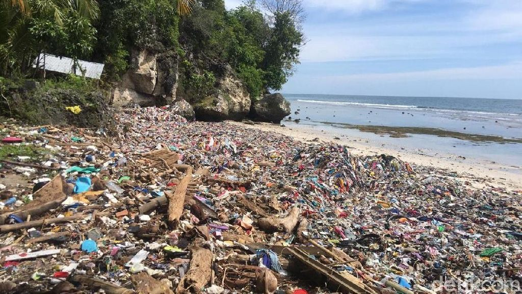 Memprihatinkan, Sampah Kain-Bangkai Ikan Penuhi Pantai Wisata di Polman