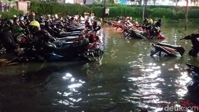 Puluhan motor terendam banjir di Darmo Park (Foto: Amir Baihaqi)