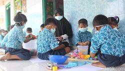 Bau Kepala Ikan Bikin Anak-anak TK di Sidoarjo Belajar Pakai Masker