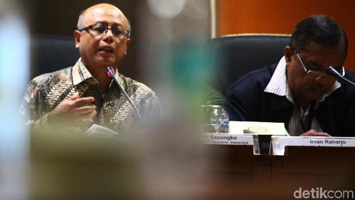 Direktur Utama PT Asuransi Jiwasraya Hexana Tri Sasongko (kiri) bersama Analis senior bidang Perasuransian Irvan Rahardjo (tengah) dan anggota DPR Fraksi Nasdem Martin Manurung menjadi pembicara pada acara diksusi Penyelesaian Gagal Bayar Jiwasraya di komplek Parlemen, Jakarta, Rabu (15/1/2020).
