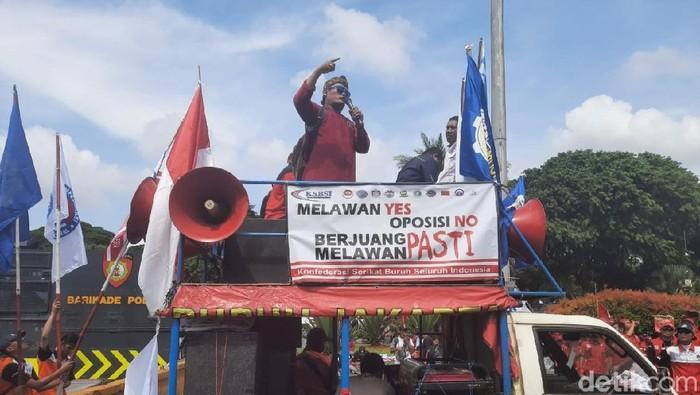 Massa buruh berdemo menolak omnibus law cipta lapangan kerja. (Yogi/detikcom)