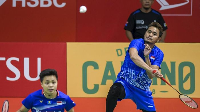 Pebulu tangkis ganda campuran Indonesia Tontowi Ahmad (kanan) dan Apriyani Rahayu (kedua kanan) serta pebulu tangkis ganda campuran Korea Selatan Seo Seung Jae (kiri) dan Chae Yujung (kanan bawah) berjabat tangan dengan wasit usai pertandingan putaran kedua Daihatsu Indonesia Masters 2020 di Istora Senayan, Jakarta, Rabu (15/1/2020). Pasangan Tantowi dan Apriyani masuk babak selanjutnya setelah lawannya mengundurkan diri karena cedera engkel kaki kanan. ANTARA FOTO/Galih Pradipta/hp.