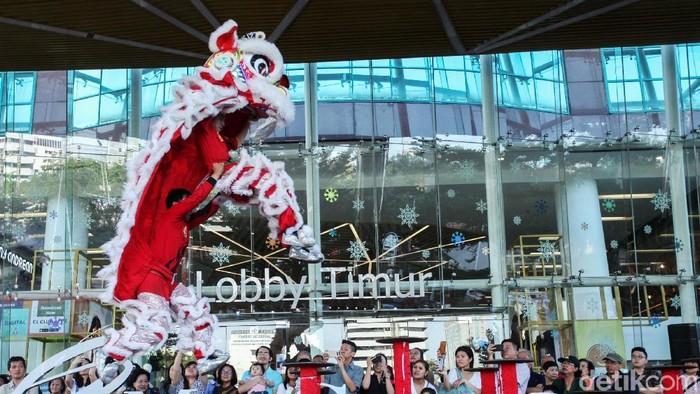 Aksi barongsai Kong Ha Hong ramaikan pusat perbelanjaan di Ciputra Mal, Jakarta, Rabu (15/1/2020). Acara bertajuk Lucky New Year Lucky You mulai digelar 15 Januari - 2 Februari 2020.