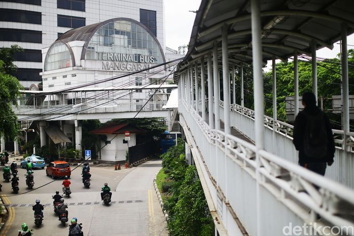 Warga melintas di Jembatan Penyebrang Orang Terminal Bus Manggarai, Jakarta, Rabu (15/1/2020). Nantinya, selain JPO akan ada Skybridge yang membentang dari Terminal Bus Manggarai menghubungkan Stasiun Manggarai Jakarta Selatan.