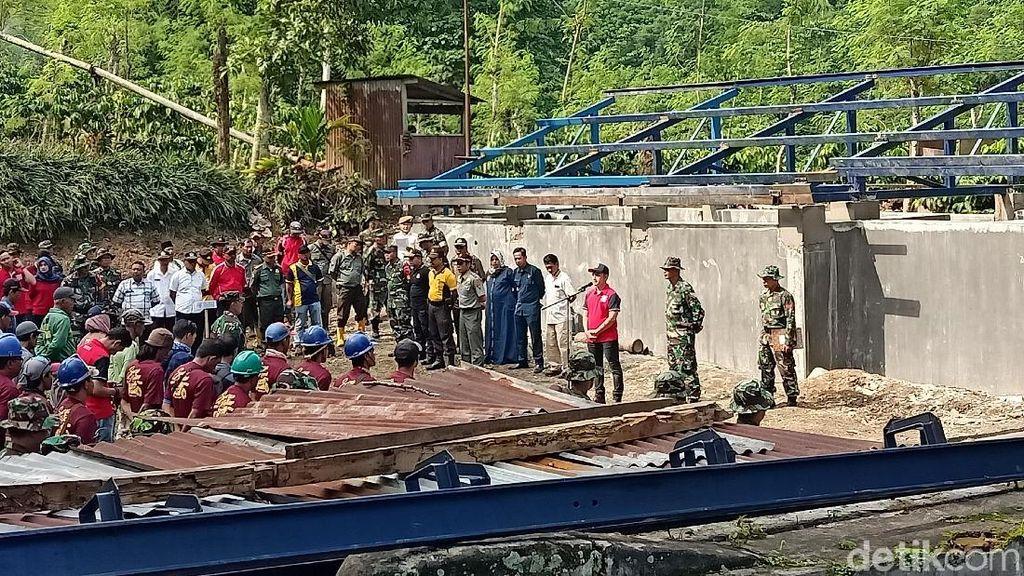 Sumber Air Rusak, Warga dan TNI Gotong Royong Perbaiki Tandon Air