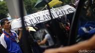 Keranda Mayat Warnai Aksi Buruh di Depan Gedung Kemenkes