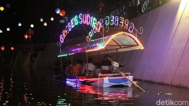 Nyala Lampion, Tanda Perahu Wisata Imlek di Solo Beroperasi