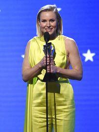 Kristen Bell memenangkan penghargaan khusus See Her di Critics' Choice Awards 2020. Ia memakai perhiasan berlian buatan orang Indonesia.