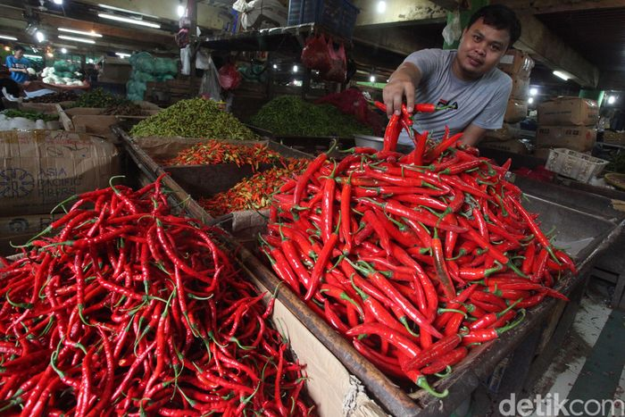 Pedagang menggelar cabai yang dijualnya di Pasar Jembatan Lima, Jakarta Barat, Kamis (16/1/2020).
