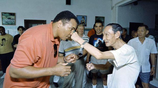 Muhammad Ali memperjuangkan hak-hak sipil dan pejuang kemanusiaan di luar ring tinju.
