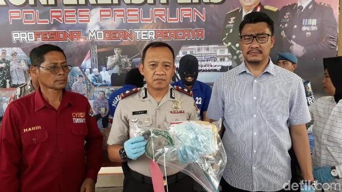 Polisi menunjukkan barang bukti kasus threesome di Pasuruan/Foto: Muhajir Arifin