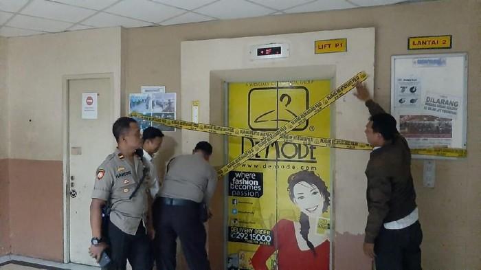 Lift di Pasar Metro Tanah Abang yang Macet Diberi Garis Polisi (dok. istimewa)