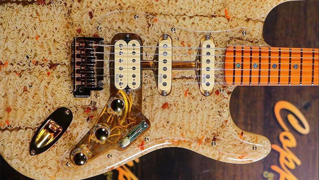 Wow! Pria Ini Bikin Gitar Keren Pakai Mie Instan