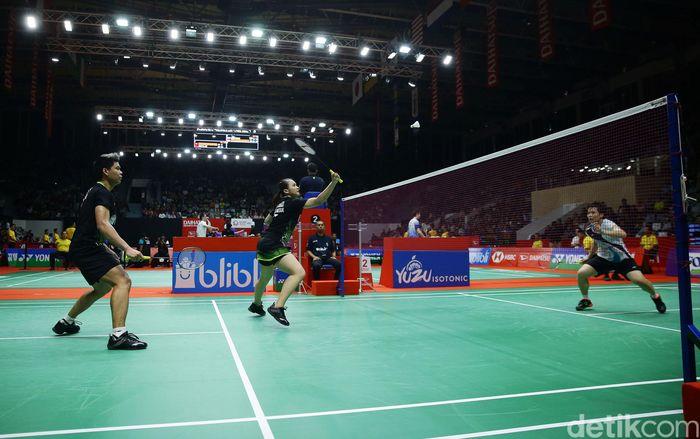 Praveen Jordan/Melati Daeva Oktavianti bertanding melawan Lee Yang/Yang Ching Tun di Istora Senayan, Jakarta.