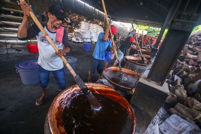 Sejumlah pekerja tengah menyelesaikan proses pembuatan dodol di Ny. Lauw, Neglasari, Kota Tangerang, Banten, Kamis (16/1/2020).