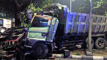 Truk Naik ke Median Jalan-Tabrak Pohon di Jakpus, Lalin Tersendat