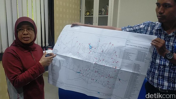 Kadis PU Kota Surabaya tunjukkan letak rumah pompa (Foto: Deny Prastyo Utomo/detikcom)