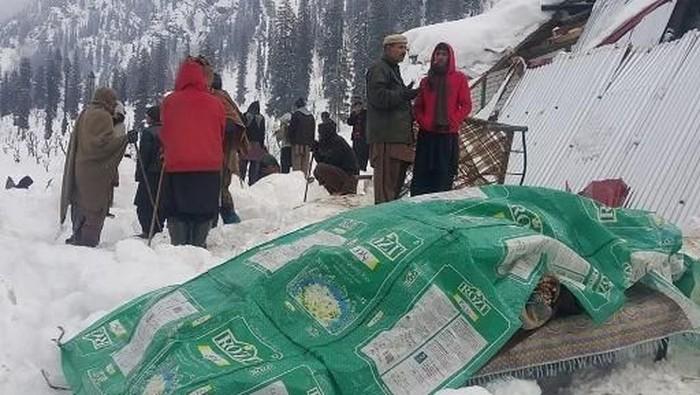 Longsor salju di Kashmir. (Foto: Photo by STR / AFP)