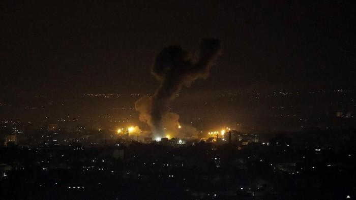 Ledakan yang disebabkan oleh serangan udara Israel terhadap posisi Hamas di Gaza pada 15 Januari waktu setempat (AP Photo/Adel Hana)