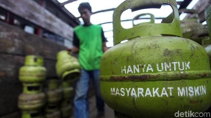 Peserta mengikuti kompetisi berkendara aman untuk sopir truk tangki BBM di Area Parkir Sirkuit Sentul, Kabupaten Bogor, Jawa Barat, Sabtu (22/2/2020). Kompetisi yang diselenggarakan anak perusahaan PT Pertamina (Persero) yaitu PT Elnusa Tbk yang diikuti 22 peserta dalam rangka bulan Kesehatan dan Keselamatan Kerja (K3) Nasional tersebut sebagai salah satu upaya meningkatkan kemampuan dan keahlian dalam mengemudi yang aman dan selamat bagi supir truk tangki BBM. ANTARA FOTO/Arif Firmansyah/aww.