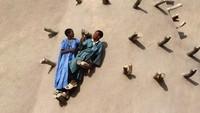 Dahulu, Timbuktu menjadi kota terpenting dalam sejarah peradaban islam yang menjanjikan emas berlimpah. Suatu ketika para ekstrimis menyerang Timbuktu, menodai kuburan orang kudus dan meledakkan pintu Masjid Sidi Yahya. Sekarang Timbutu menjadi kota kecil yang tak menyisakan kekayaan.(forafricans/instagam)