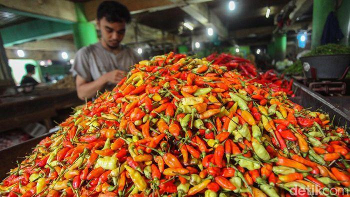 Harga cabai di Pasar Jembatan Lima, Jakarta Barat masih mahal, Kamis (16/1/2020). Di pasar ini harga cabai kriting dan cabai merah besar mencapai 80 ribu rupiah.