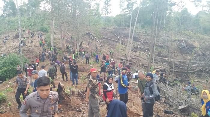 Foto: Penanaman pohon di lahan kritis Kabupaten Pangandaran (Istimewa)