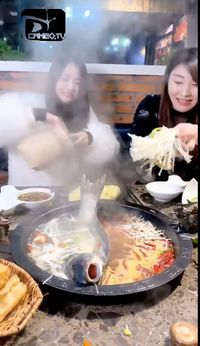 Di restoran hot pot biasanya semua bahan disediakan oleh restoran. Uniknya kini ada tren unik di China, pengunjung selundupkan ikan dan ayam mentah di
