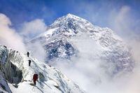 Zona Kematian di Puncak Gunung Tertinggi Bumi
