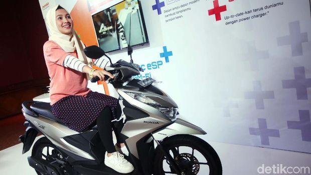 SPG berjilbab turut meramaikan peluncuran Honda BeAT terbaru di JIExpo Kemayoran, Kamis (16/1/2020). Senyum manisnya turut menceriakan suasana.