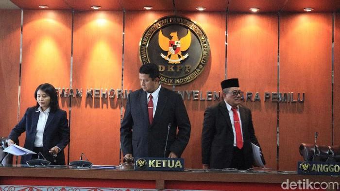 Dewan Kehormatan Penyelenggara Pemilu (DKPP) gelar sidang putusan pelanggaran etik Komisioner KPU Wahyu Setiawan. DKPP mencopot Wahyu Setiawan dari jabatannya.