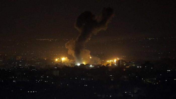 Israel diketahui melakukan serangan udara ke kawasan Kota Gaza. Serangan itu disebut menargetkan beberapa situs militer Hamas. Berikut potretnya.