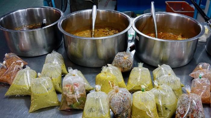 Kebiasaan membungkus makanan panas dengan plastik dikaitkan dengan risiko kanker payudara (Foto: iStock)